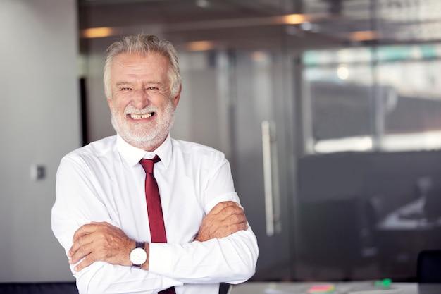 Feliz, bonito, antigas, homem negócios fica, e, sorrindo, em, escritório Foto Premium