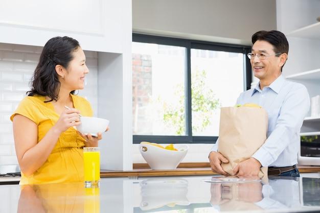 Feliz casal expectante na cozinha de manhã Foto Premium