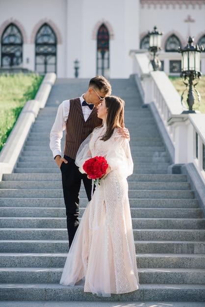 Feliz casal recém casado feliz comemorando e se divertir ao ar livre Foto Premium