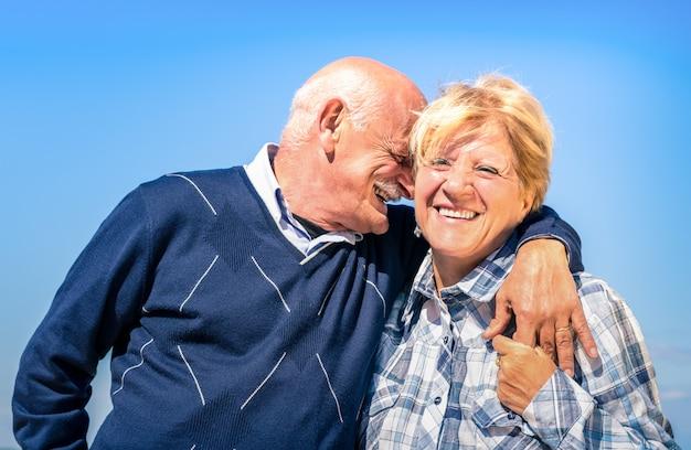 Feliz casal sênior apaixonado durante a aposentadoria Foto Premium