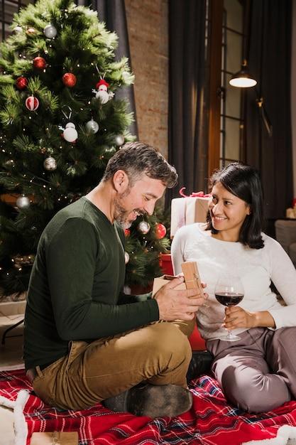 Feliz casal sênior olhando seus presentes Foto gratuita