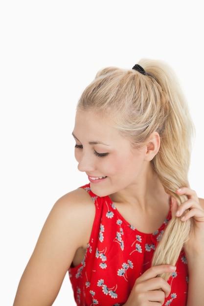 Feliz, casual, mulher jovem, com, cabelo loiro Foto Premium