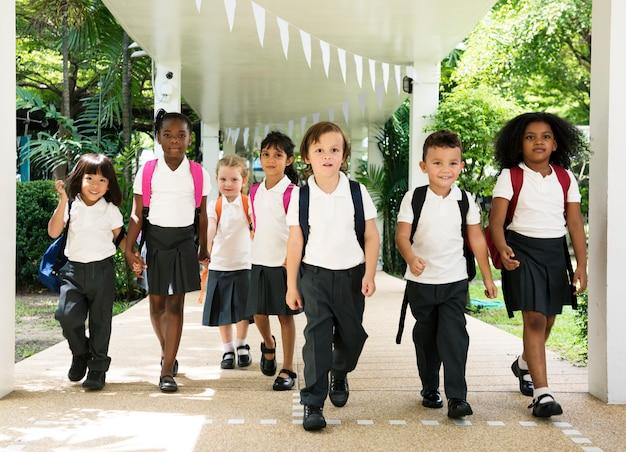 Feliz, crianças, em, escola elementar Foto Premium