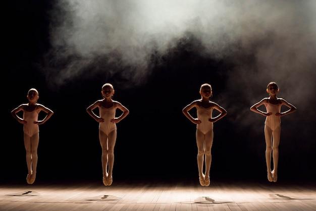 Feliz, crianças, fazendo, balé, pulo Foto Premium