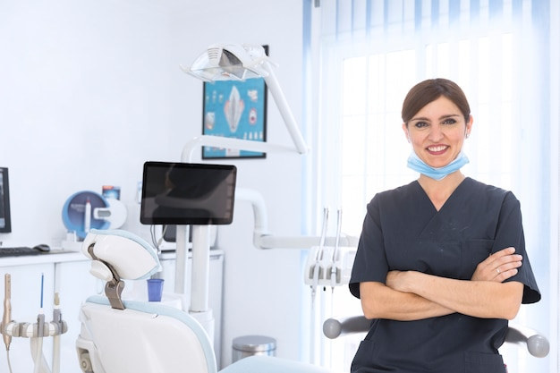 Feliz dentista feminina na clínica Foto gratuita