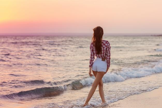 Feliz, despreocupado, mulher, praia, desfrutando, verão Foto Premium