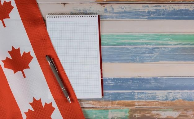 Feliz dia da victoria canadense sinaliza o bloco de notas com fundo rústico de caneta Foto Premium