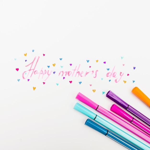 Feliz dia das mães inscrição com canetas de feltro na mesa Foto gratuita