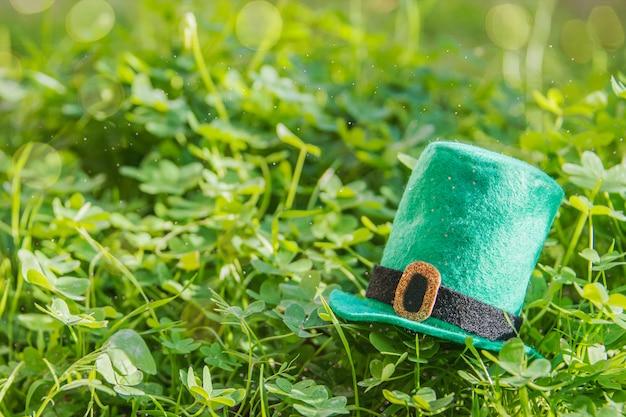 Feliz dia de são patrício. fundo de grama verde Foto Premium