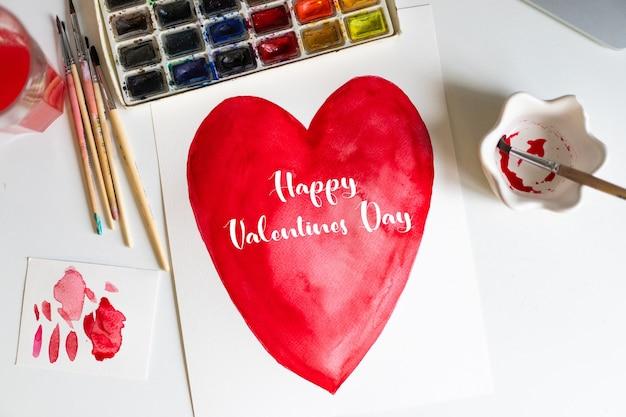 Feliz dia dos namorados ou dia das mães. cartão de amor com corações pintados com tintas em aquarela. Foto Premium