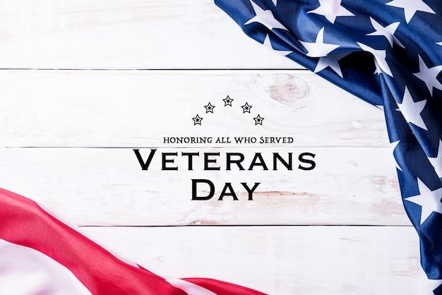Feliz dia dos veteranos. bandeira do eua com texto obrigado veteranos na placa de madeira Foto Premium