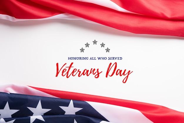 Feliz dia dos veteranos. bandeiras americanas com o texto obrigado veteranos. Foto Premium