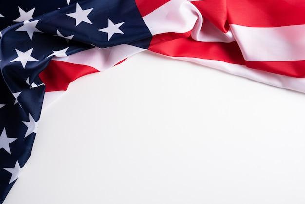Feliz dia dos veteranos. bandeiras americanas contra um fundo branco. Foto Premium