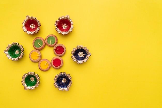 Feliz diwali clay diya lâmpadas acesas durante dipavali, festival hindu de celebração de luzes Foto Premium