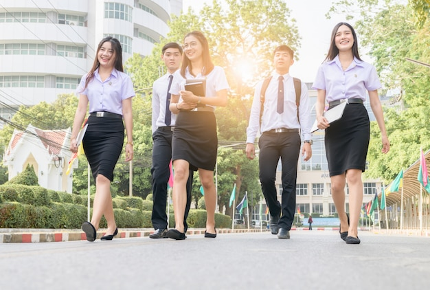 Feliz e inteligente estudante andando na estrada Foto Premium
