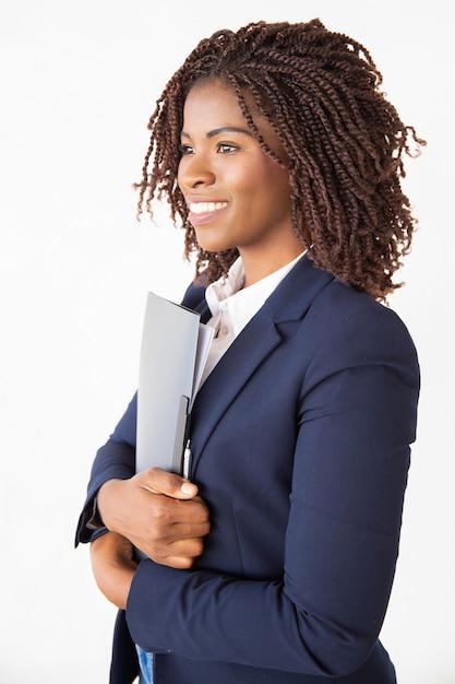 Feliz empresária alegre segurando pasta com documentos Foto gratuita