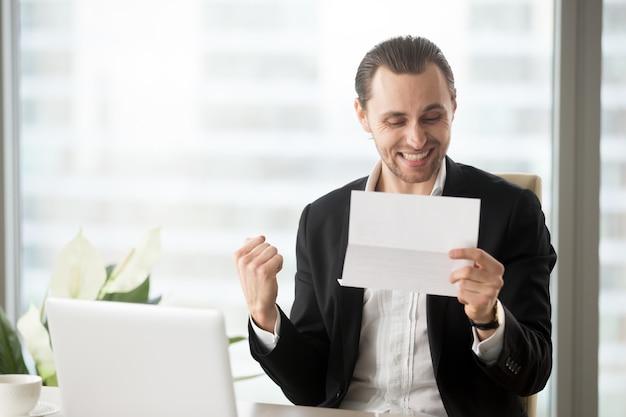 Feliz empresário comemora recebendo boas notícias de negócios Foto gratuita