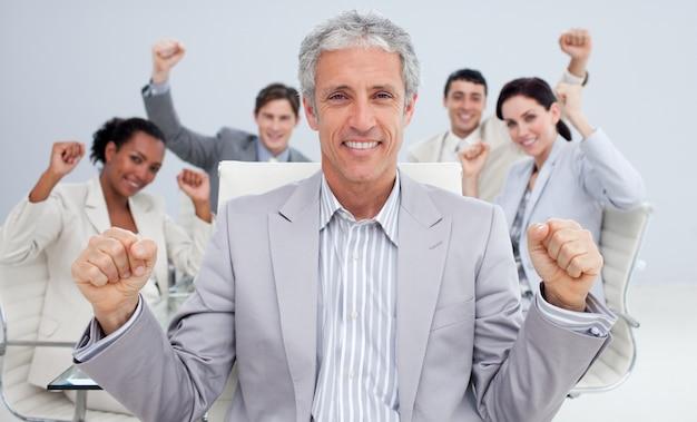 Feliz empresário comemorando um sucesso com sua equipe Foto Premium