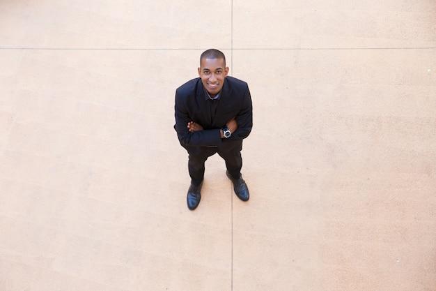 Feliz empresário confiante posando no lobby do escritório Foto gratuita