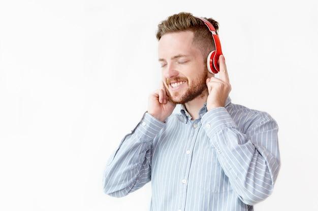 Feliz empresário ouvindo música no intervalo Foto gratuita