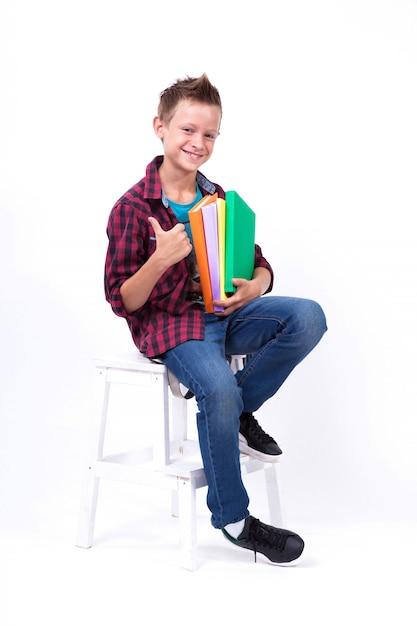 Feliz estudante aparência europeia de camisa e calça jeans Foto Premium