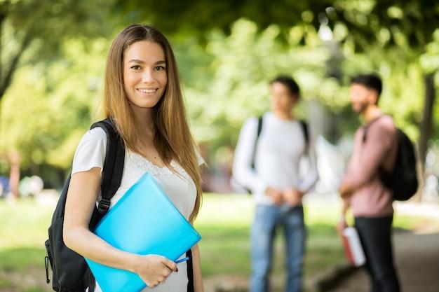 Feliz, estudantes, sorrindo ao ar livre Foto Premium