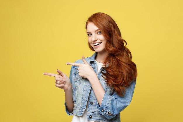 Feliz excitado cuacaisan turista menina dedo apontando no espaço da cópia Foto Premium