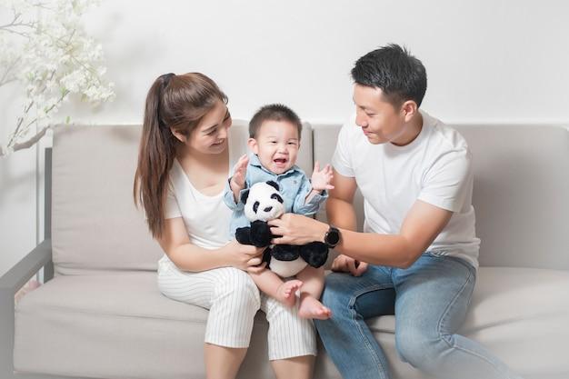 Feliz família asiática é desfrutar com o filho em casa Foto Premium