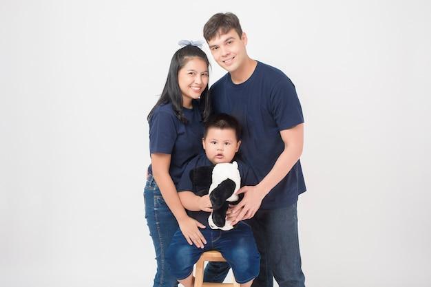 Feliz família asiática goza com filho em estúdio Foto Premium