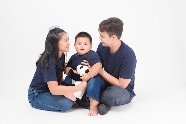 Feliz família asiática são desfrutar com o filho em estúdio Foto Premium