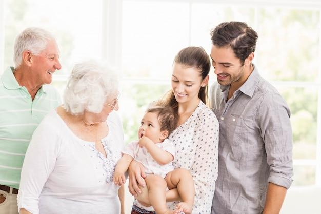 Feliz, família prolongada, sorrindo, casa Foto Premium