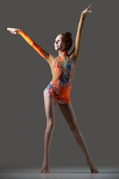 Feliz ginasta dançando menina Foto gratuita