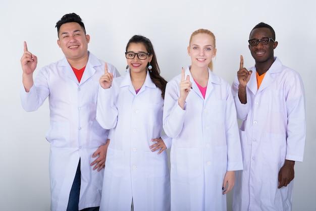 Feliz grupo diversificado de médicos multiétnicos sorrindo Foto Premium