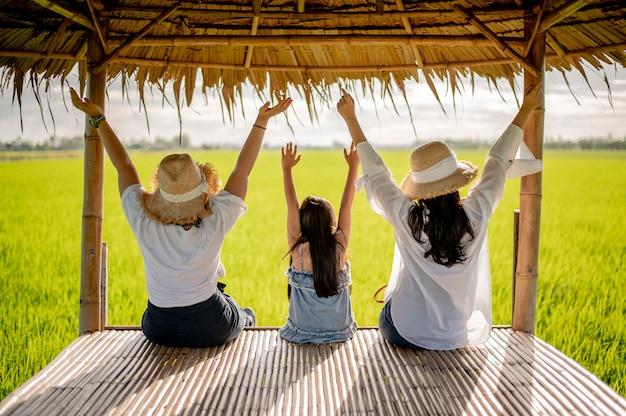 Feliz, grupo mulheres, ligado, a, pôr do sol, em, natureza, em, verão, com, mãos abertas Foto Premium