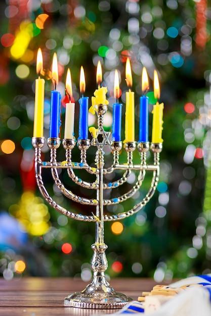 Feliz hanukkah. baixa imagem chave de feriado judaico com menorá a visão noturna fora foco Foto Premium