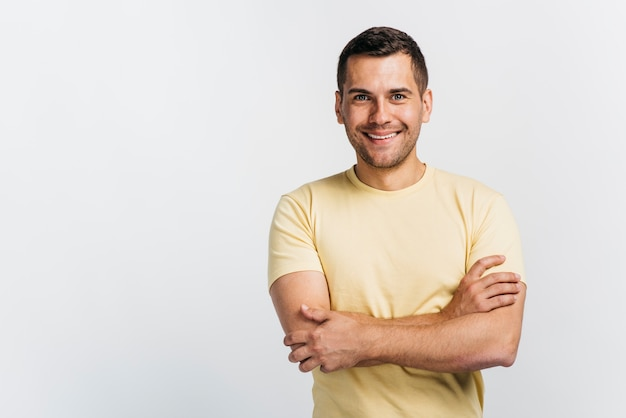 Feliz, homem, com, braços cruzaram Foto Premium
