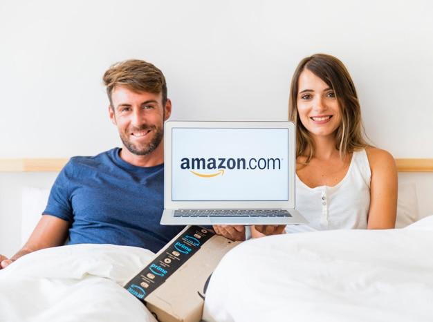 Feliz, homem mulher, cama, com, laptop Foto gratuita