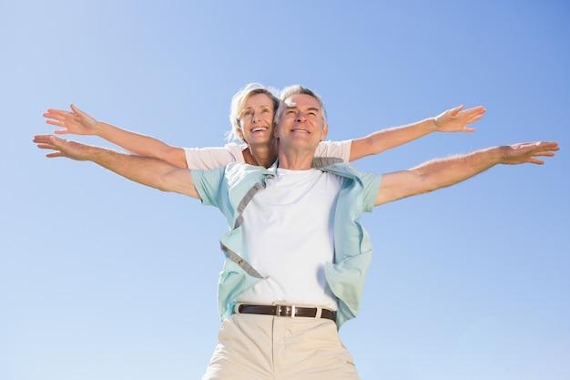 Feliz, homem sênior, dar, seu, sócio, um, piggy, costas Foto Premium