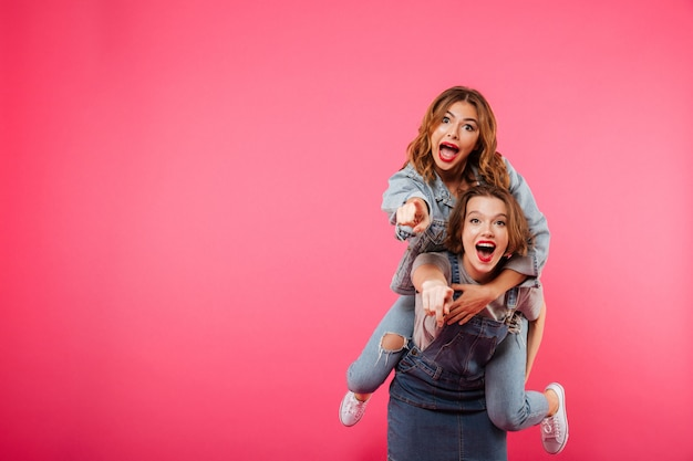 Feliz incrível duas mulheres amigas se divertem Foto gratuita