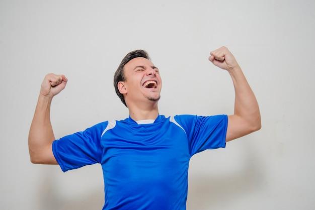 Feliz jogador de futebol comemorando Foto gratuita