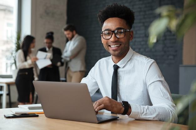 Feliz jovem empresário africano Foto gratuita