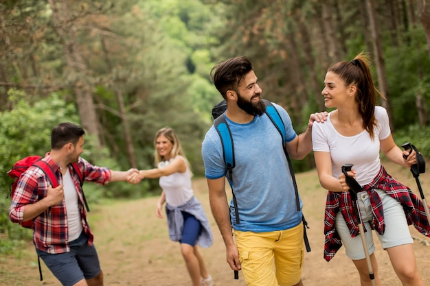 Feliz, jovem, grupo, hiking, junto, através, a, floresta Foto Premium