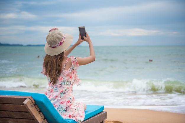 Feliz, jovem, mulher asian, praia Foto Premium
