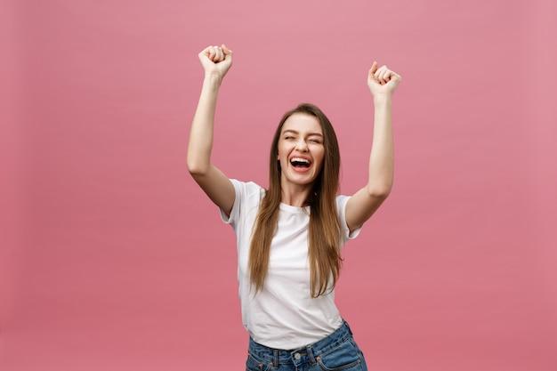 Feliz, jovem, sucedido, mulher, sorrindo, shouting, celebrando, sucesso Foto Premium