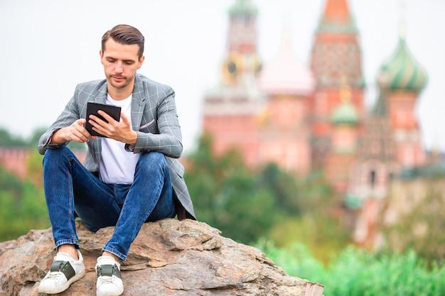 Feliz jovem urbano na cidade europeia. Foto Premium