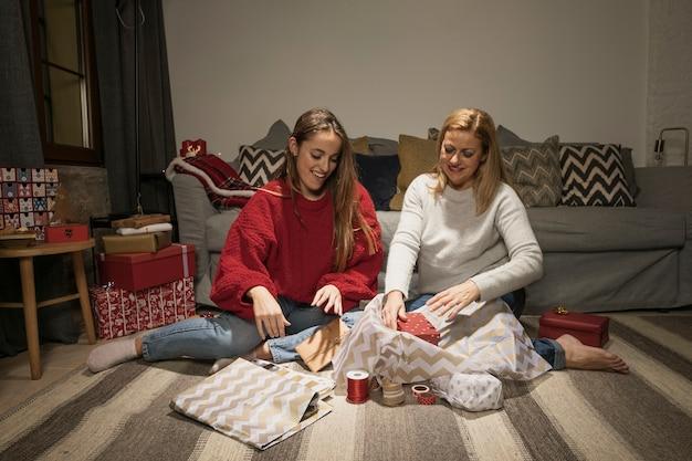 Feliz mãe e filha com presentes Foto gratuita