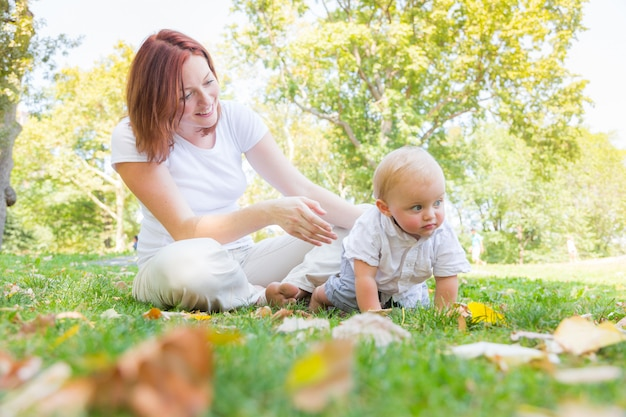 Feliz mãe e filho no parque em nova york Foto Premium