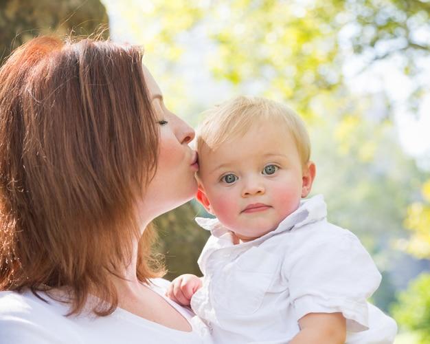 Feliz mãe e filho no parque Foto Premium
