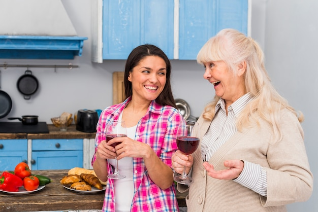 Feliz, mãe filha, desfrutando, a, vinho, em, a, partido Foto gratuita