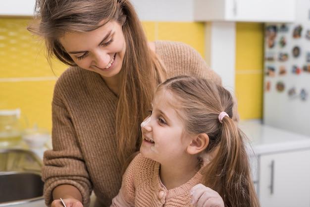 Feliz, mãe filha, em, cozinha Foto gratuita